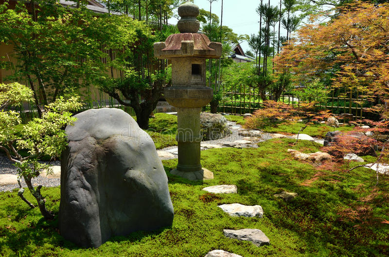 Japończyka ogród i kamienia lampion, Kyoto Japonia obrazy royalty free