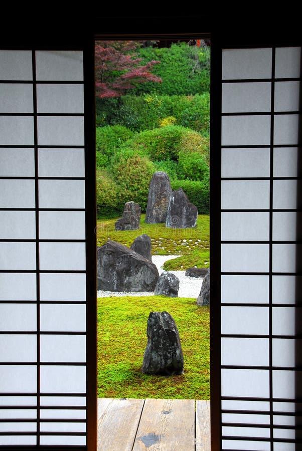 Japończyka ogrodowy i papierowy drzwi zdjęcie stock