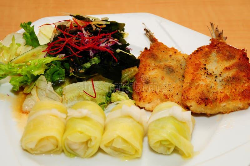 Japończyka Sakana Korokke Rybi naczynie z mieszaną denną sałatką zdjęcia royalty free