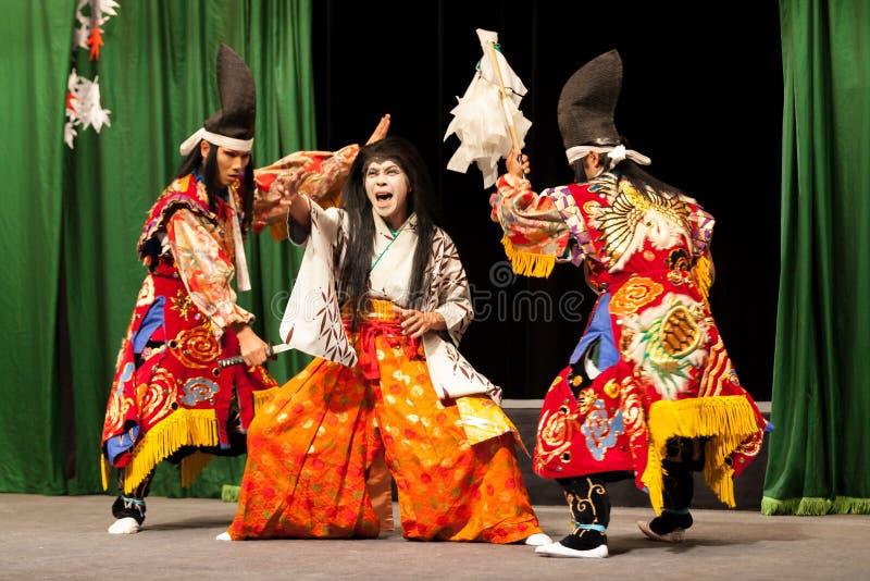 Japońscy aktorzy wykonuje samuraj sztukę