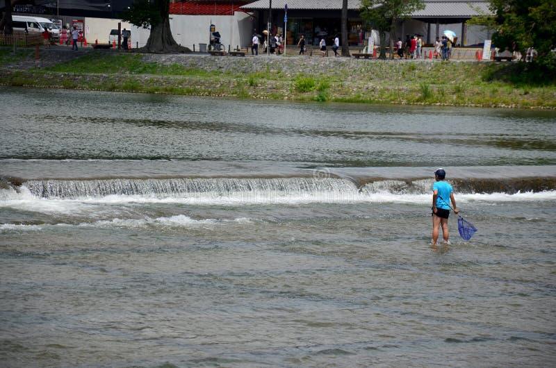 Japońscy dzieci łowi ryba przy Hozugawa rzeką Arashiyama obrazy royalty free