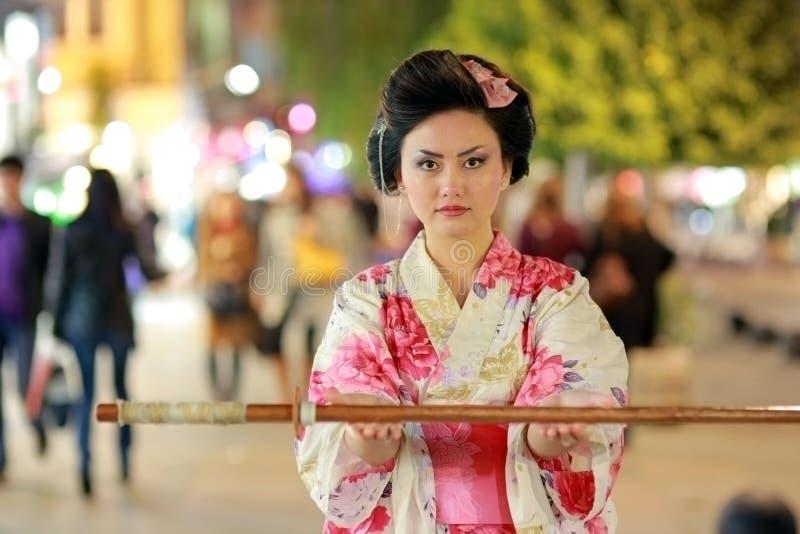 Japońscy gejsza samurajowie z kordzikiem outside przy nocą obrazy stock