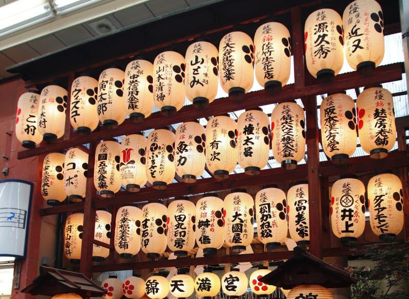Japońscy Papierowi lampiony przy Nishiki Wprowadzać na rynek świątynię w Kyoto zdjęcie stock