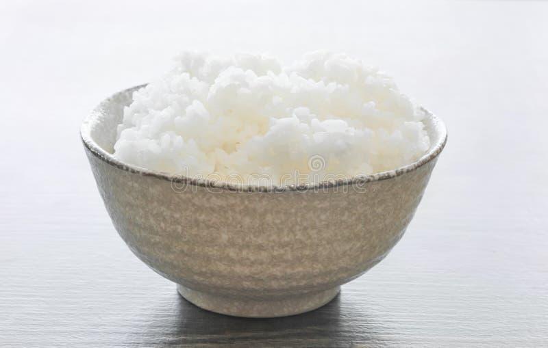 Japońscy ryż w pucharze na drewnie zdjęcie royalty free