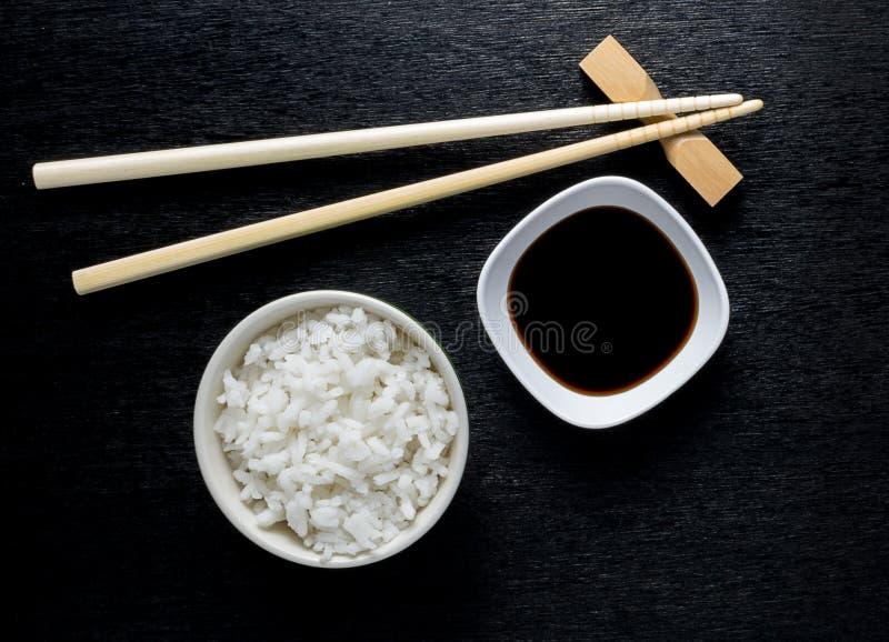 Japońscy suszi chopsticks nad soja kumberlandu pucharem zdjęcie royalty free