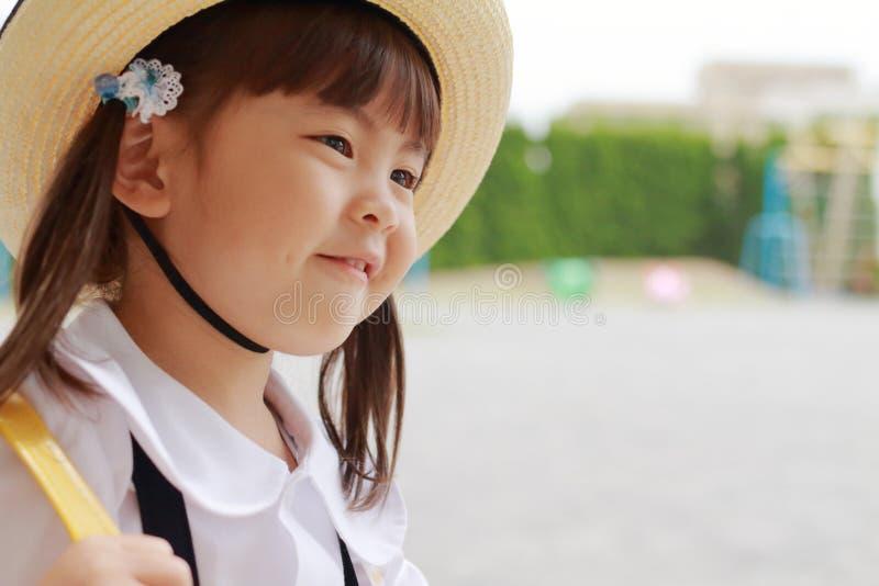 Japońska dziewczyna w mundurze w dziecina jardzie w lecie zdjęcia stock
