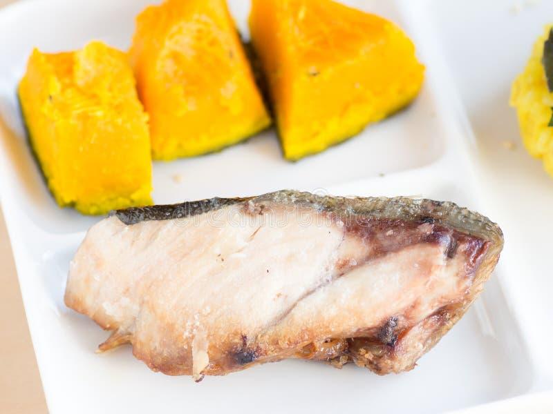 Japońska kuchnia, kawałek yellowtail, pokrojeni i piec na grillu obrazy stock
