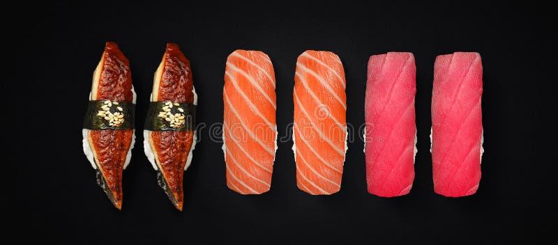 Japońska kuchnia Suszi ustawiający nad ciemnym tłem zdjęcie royalty free