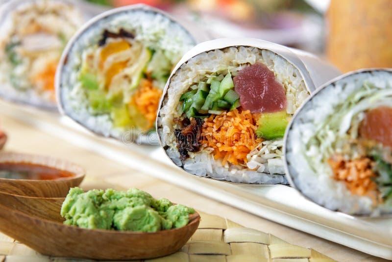 Japońska suszi burrito rolka słuzyć z wasabi obraz royalty free