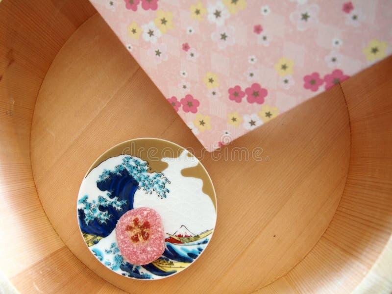 Japoński cukierki, drewniany zbiornik i kwieciści wzory, fotografia stock