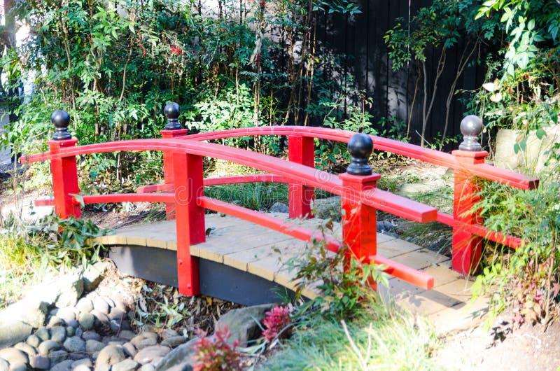 Japoński czerwień most dla ogrodowej dekoraci w japończyka ogródu stylu obrazy stock