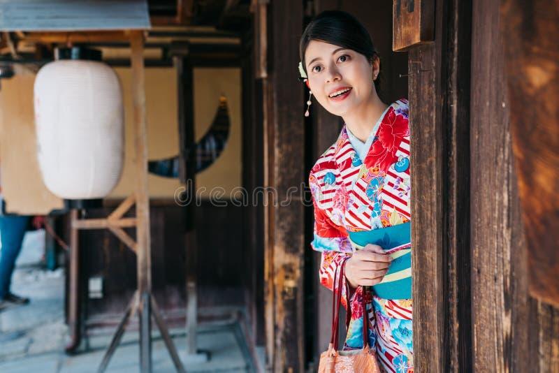 Japoński damy zerknięcie od tradycyjnego domu zdjęcie stock