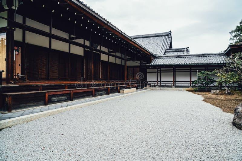 Japoński drewniany dom w złotym pawilonie zdjęcia royalty free