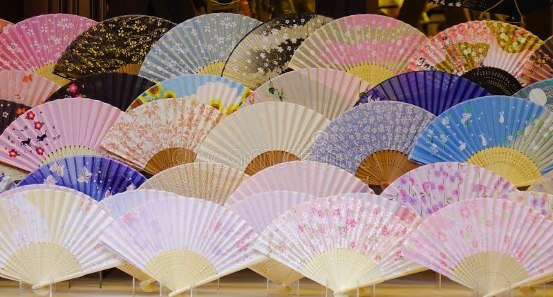 Japoński falcowanie wachluje przy sklepem w Kyoto, Japonia fotografia stock