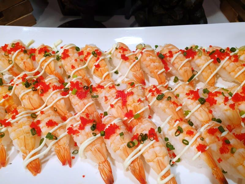 Japoński jedzenie styl, Odgórny widok, ebi suszi lub garnela suszi z majonezem fotografia royalty free