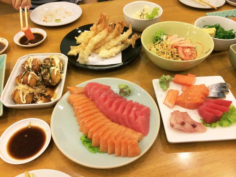 Japoński jedzenie Suszi Sashimi na stole i set - Wizerunek obrazy royalty free