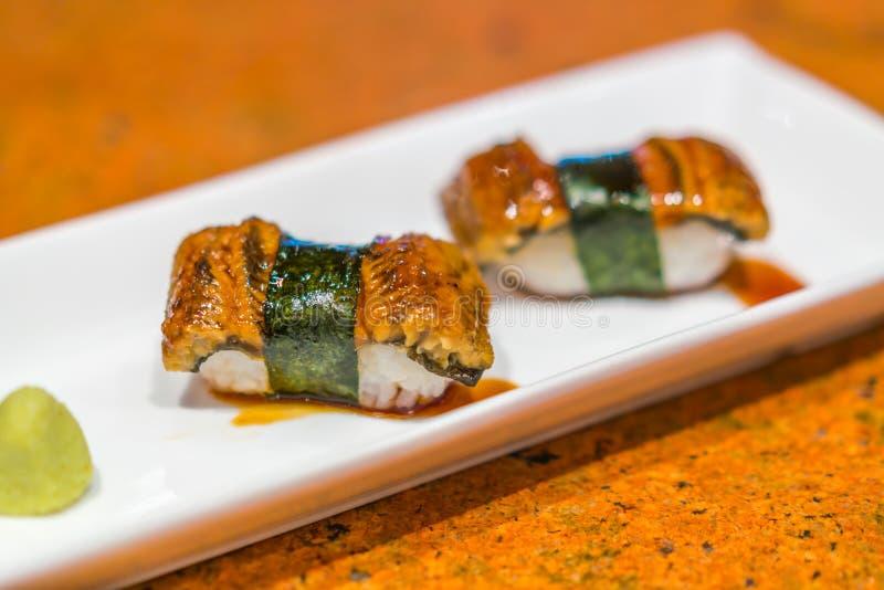 Japoński jedzenie: Węgorza suszi rybia rolka obraz stock