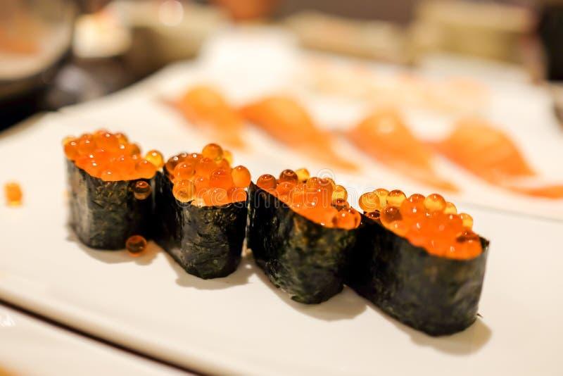 Japoński karmowy naczynie, Łososiowi Roe Maki lub suszi, głębia śródpolny skutek obraz stock