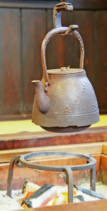 Japoński stary czajnika garnek nad węgiel drzewny kuchenką obrazy stock