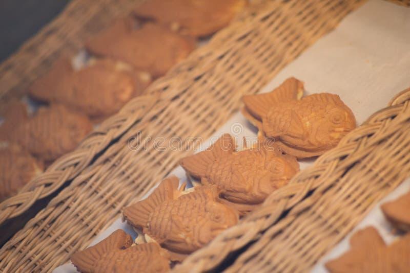 Japoński taiyaki, mała ryba kształtował tort z słodką czerwonej fasoli pastą przy karmowym ulicznym rynkiem zdjęcia royalty free