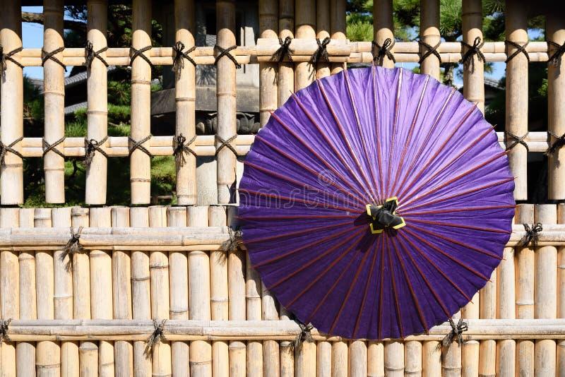 Japoński tradycyjny purpurowy parasol zdjęcia stock