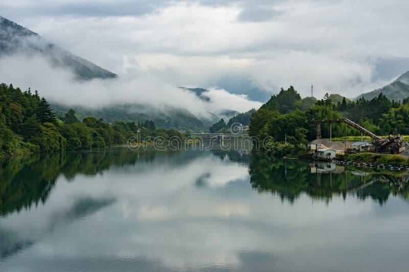 Japoński wieś krajobraz z Kiso rzeką i mgła nad moun zdjęcie royalty free