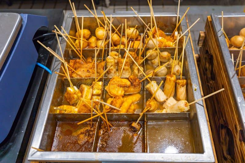 Japoński wyśmienicie uliczny jedzenie z mięsną piłką wtyka w polewce obrazy royalty free