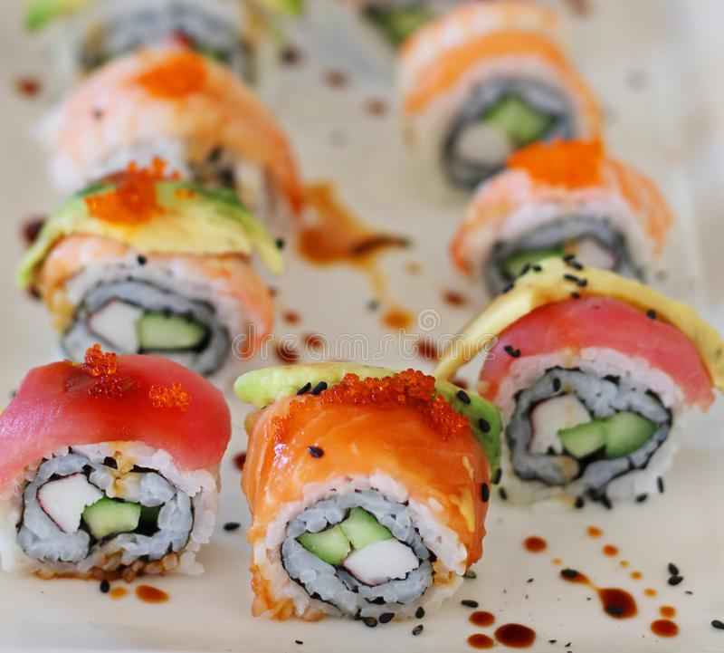 Japońskie karmowe Kalifornia suszi rolki zdjęcie stock