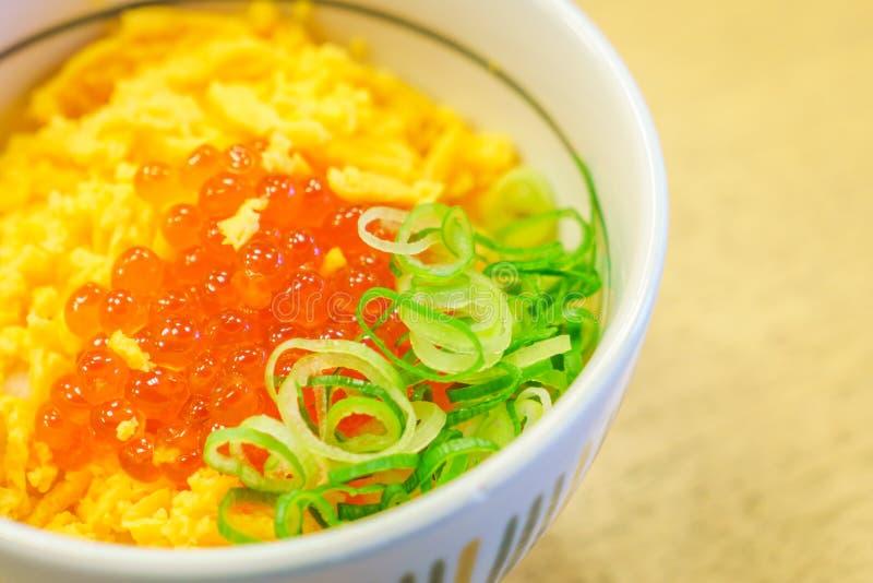 Japońskiego jedzenie stylu Łososiowi jajka na górze ryżowego pucharu zdjęcie royalty free