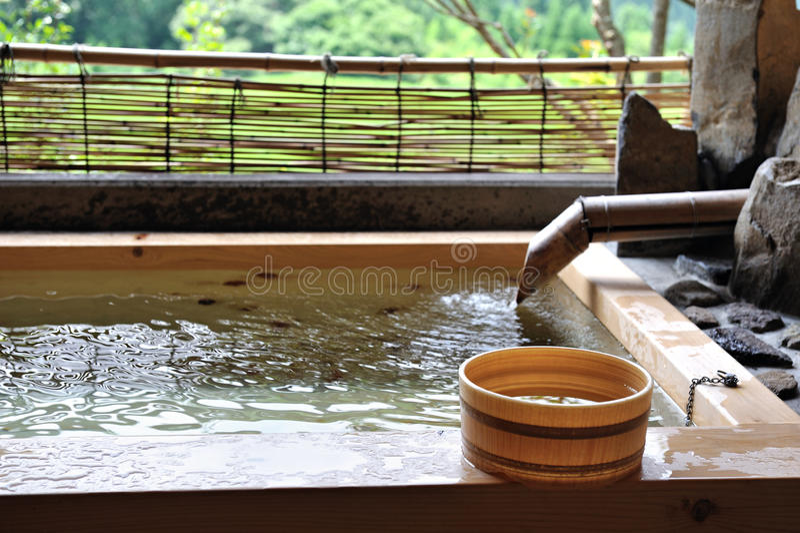 Japońskiego na wolnym powietrzu gorący zdrój onsen zdjęcia royalty free