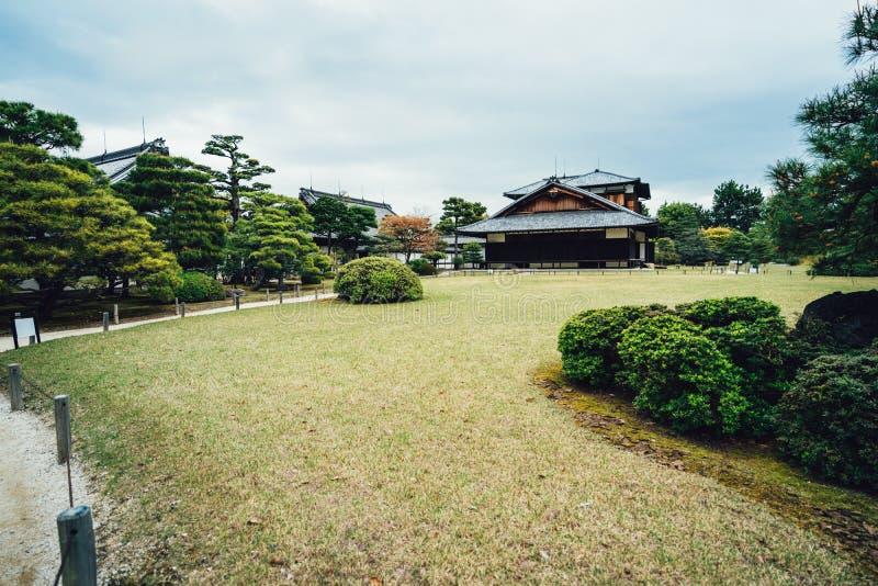 Japońskiego stylu drewniany dom na zielonej trawie obraz royalty free