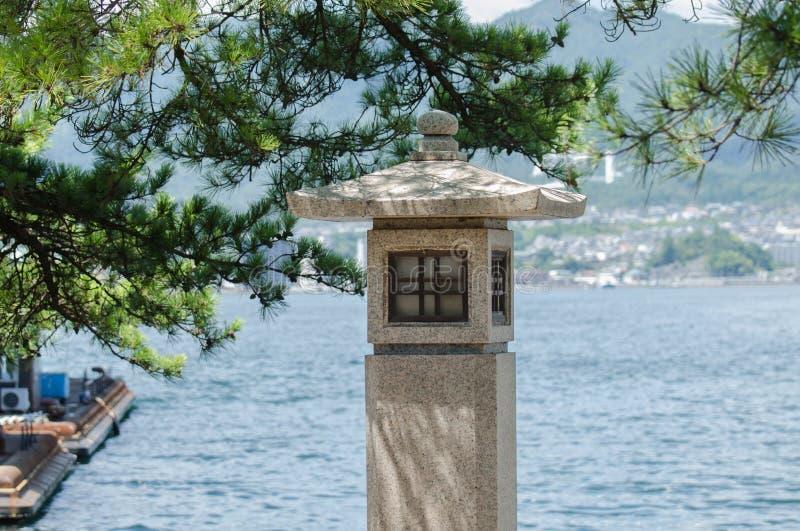 Japońskiego stylu nowożytny kamienny lampion Miyajima wyspa obrazy royalty free