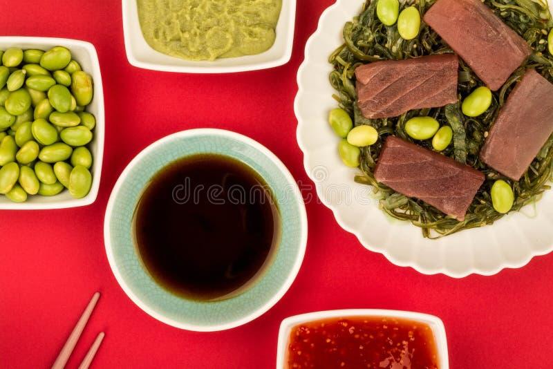 Japońskiego stylu tuńczyka ryba Surowy Sashimi Na łóżku Kiszona gałęzatka zdjęcie stock