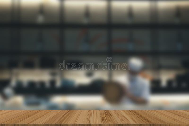 japońskiej restauraci kuchni wnętrze męski szef kuchni przygotowywa jedzenie Bl zdjęcie royalty free