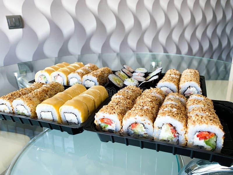 Japo?ski suszi set Set suszi rolki w plastikowym pudełku, dostarczający do domu gotowy jeść szybkiego zdrowego jedzenie fotografia stock