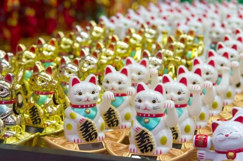 Japonés Lucky Cat Figurines o Maneki Neko fotografía de archivo