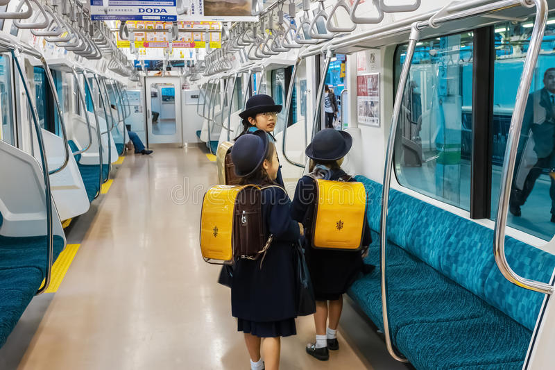 Japonés Stuedents en un tren imagenes de archivo