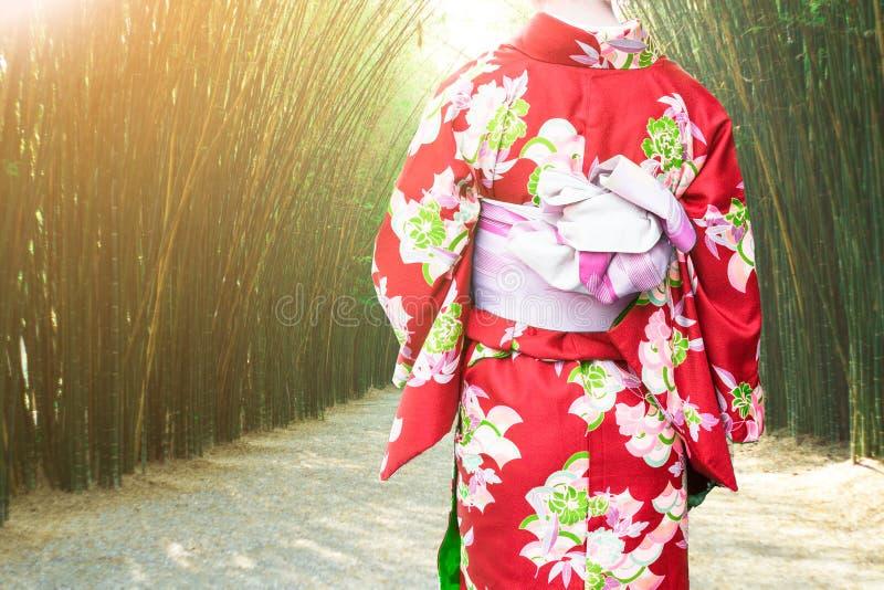 Japonés tradicional del kimono de la mujer que lleva joven en el bosque de bambú fotos de archivo libres de regalías