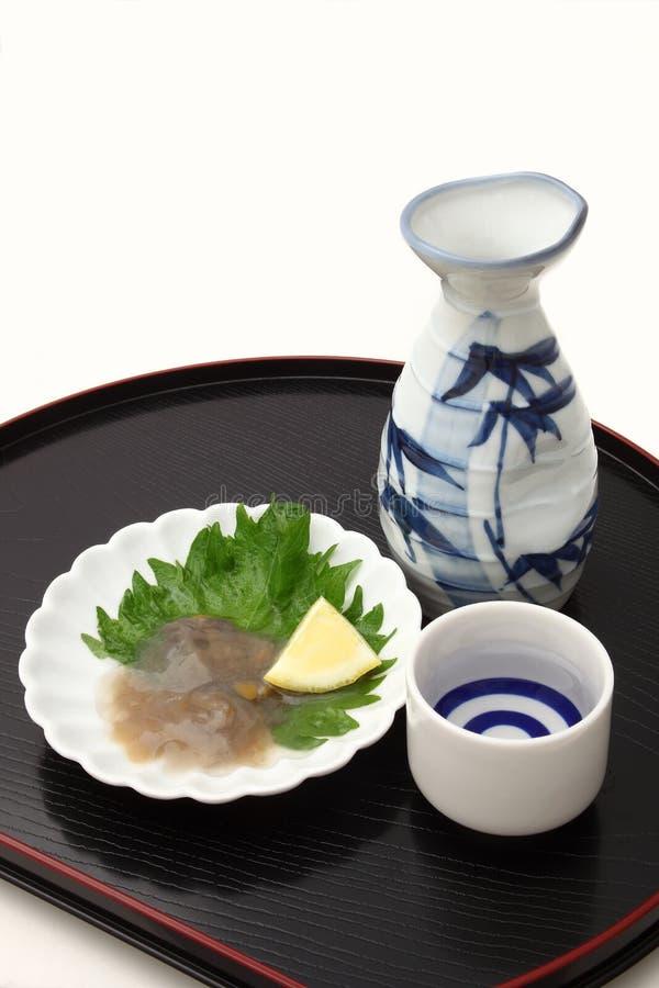 ` Japonês da causa do ` do vinho de arroz e entranhas salgada do pepino de mar fotografia de stock royalty free