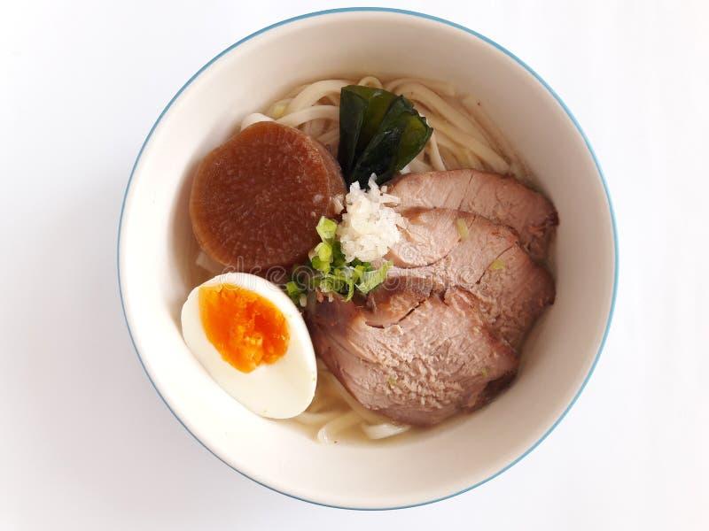 Japonês do estilo do macarronete na canja de galinha foto de stock