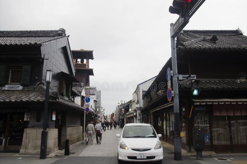 Japonês e estrangeiro que andam e argila da visita rua e muradas imagem de stock royalty free