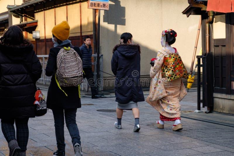 Japonês novo bonito Maiko com composição branca e o quimono tradicional que andam as ruas de Kyoto f imagens de stock