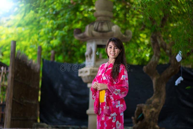 Japonês vestindo Yukata da jovem mulher bonita fotos de stock royalty free
