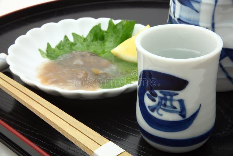 ` Japonais de saké de ` de vin de riz et entrailles salées de concombre de mer photographie stock