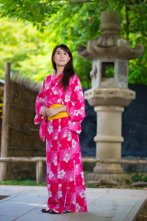 Japonaise de port Yukata de belle jeune femme photo libre de droits