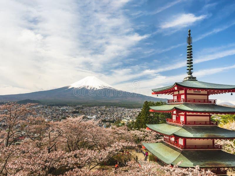 Japonia Fuji Sakura halny czereśniowy okwitnięcie z Czerwonym pagoda krajobrazem Tokio fotografia stock