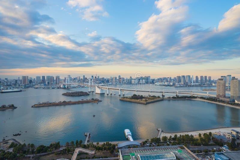 Japonia linia horyzontu z tęcza mostem i Tokio Górujemy, Odaiba, Japan zdjęcia stock