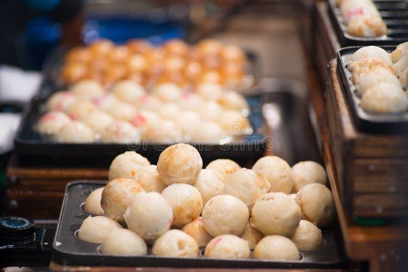 Japonia uliczny jedzenie, Takoyaki na gorącej niecce zamkniętej w górę zdjęcie stock