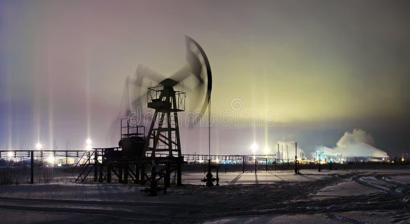 Jaque da bomba da opinião da noite do inverno Extração do petróleo imagem de stock royalty free