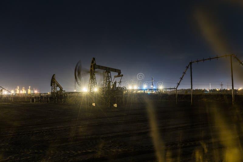 Jaque de trabalho da bomba de óleo na noite fotos de stock royalty free